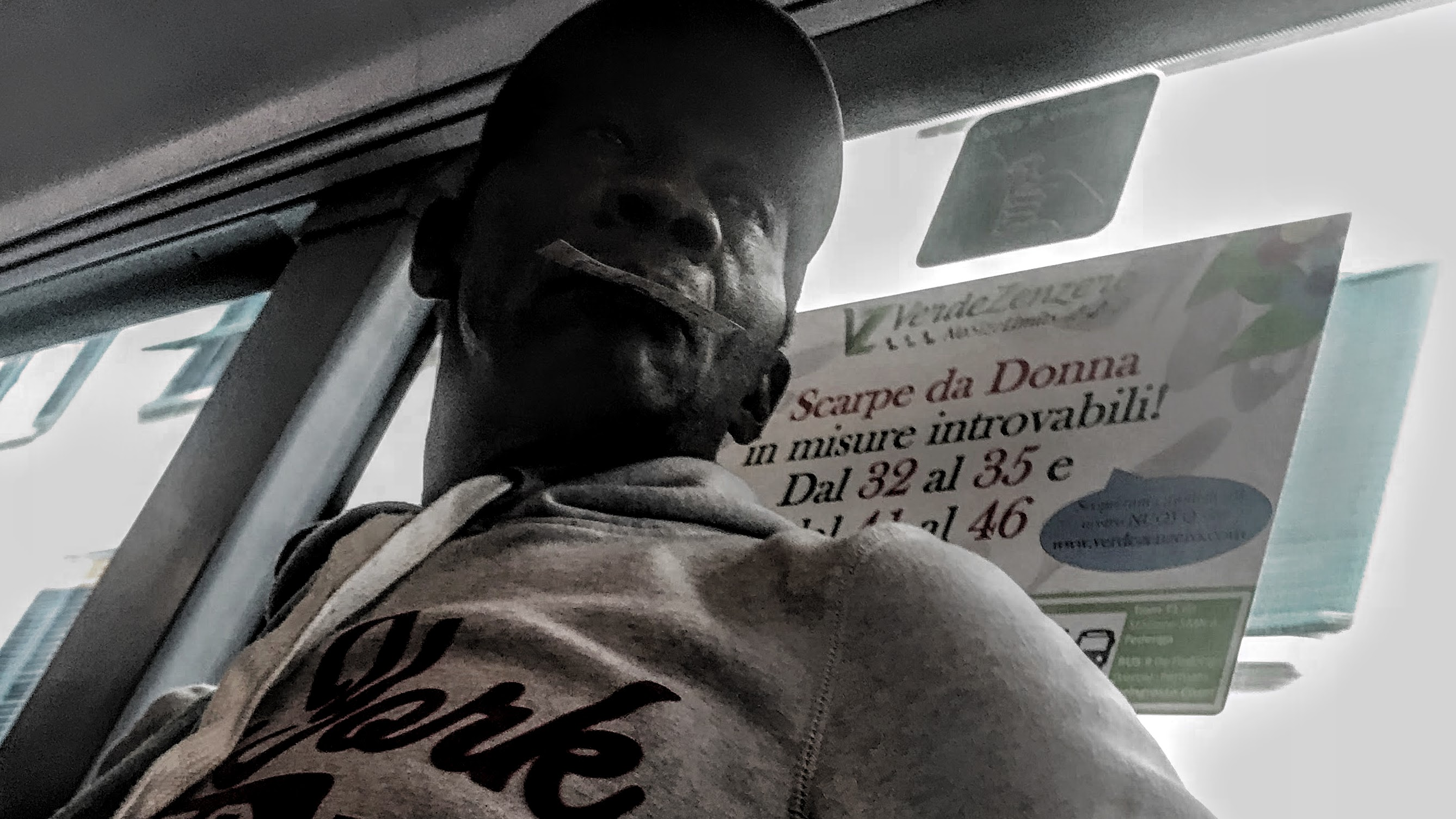 Uomo diversamente colorato che usa l'autobus